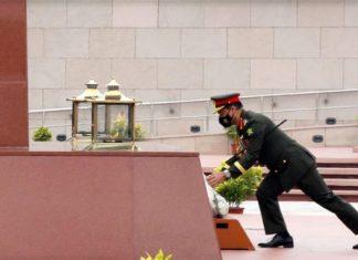 بنگلہ دیش کے آرمی چیف جنرل ایس ایم شفیع الدین احمد نے نئی دہلی میں امر جوان جیوتی میں شہداءکو خراج تحسین پیش کیا۔